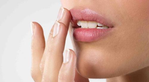 Нанесение мази на губы