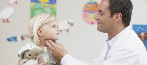 Осмотр ребенка врачем